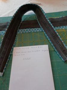 Coudre 1bande F avec 1 bande F', endroit contre endroit à 1cm des bords en réservant une ouverture pour retourner la anse. Repasser en pliant les coutures vers le tissu imprimé.