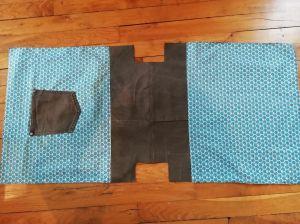 Assemble B à A'1 et A'2 Coudre la poche C sur A1 Sur chaque côté de B, centrer et découper un rectangle de 6 x 10 (fond du sac)