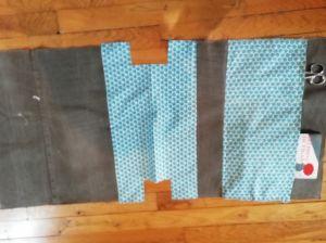Coude B' à A1 et A2 Coudre la poche P, faire une surpiqûre pour obtenir 2 poches dont 1 plus large.