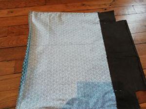 Plier le tissu en 2, endroit à l'intérieur et coudre les côtés du sac jusqu'au décrochement